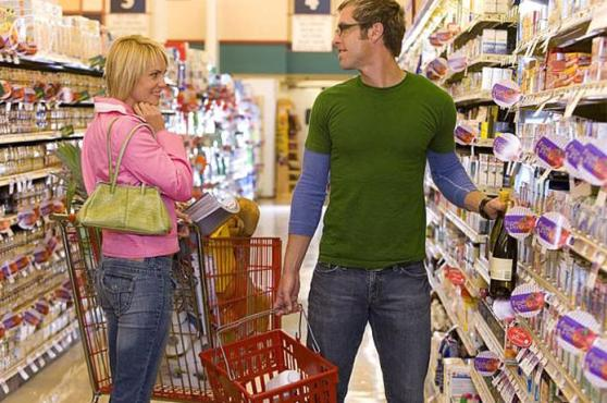 couple_flirting_in_grocery_store_16316