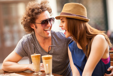 couple-laughing-in-cafe-horiz_jxtvit
